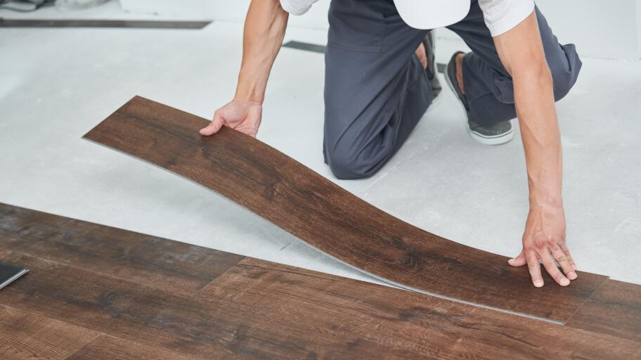 Laying vinyl floor planks